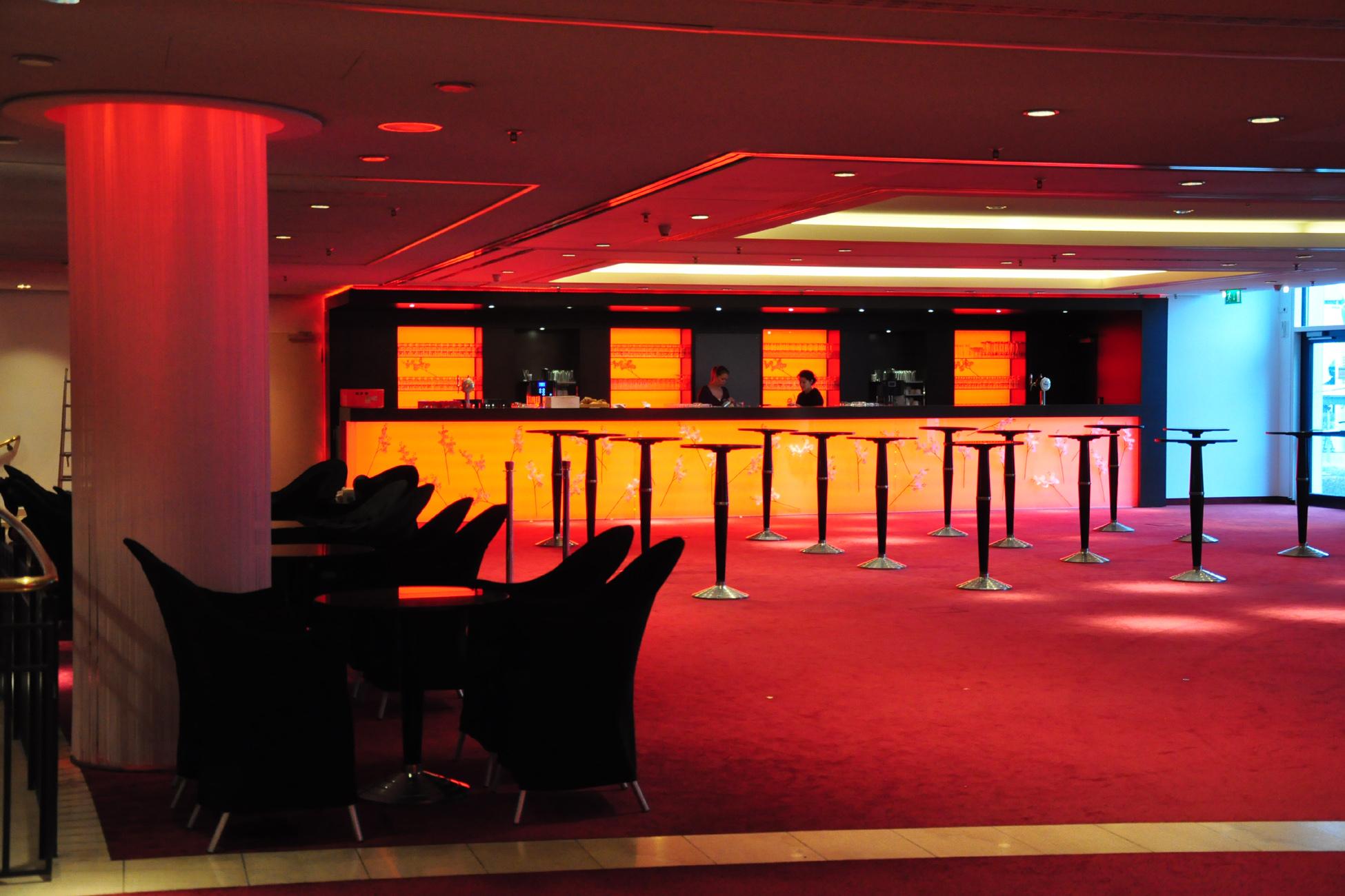 Umbau SI Palladium Theater: Einbau zweier Bars im Foyer